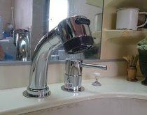 水栓のシャワーヘッド部分より水漏れしていたため新しい水栓へ取り替え