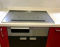 ビルトインコンロと使わなくなったオーブンを、IHクッキングヒーターと収納置台へ取替え