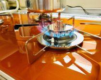 キッチンが明るく輝くフラッシュオレンジ色のピアットマルチグリルに取り替え
