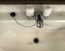 長年ご使用された洗面化粧台の2ハンドル水栓を新しく取り替え