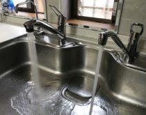 水漏れしていたキッチンの水栓を2台まとめて取り替え