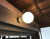 長年使用されたレトロな門灯を、レトロ調のLED照明に交換