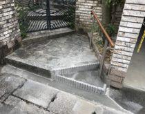 足が悪いお母様が安全に歩けるように段差解消工事と屋外手すりを新しく取付