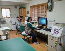 家具や大型プリンターを動かさずに工事が可能な「床下工法」で事務所に遠赤外線温水床暖房(ユカカラ暖房)を設置