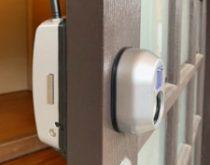 2階から玄関を開錠できるように、「電子錠」をお取付けしました。